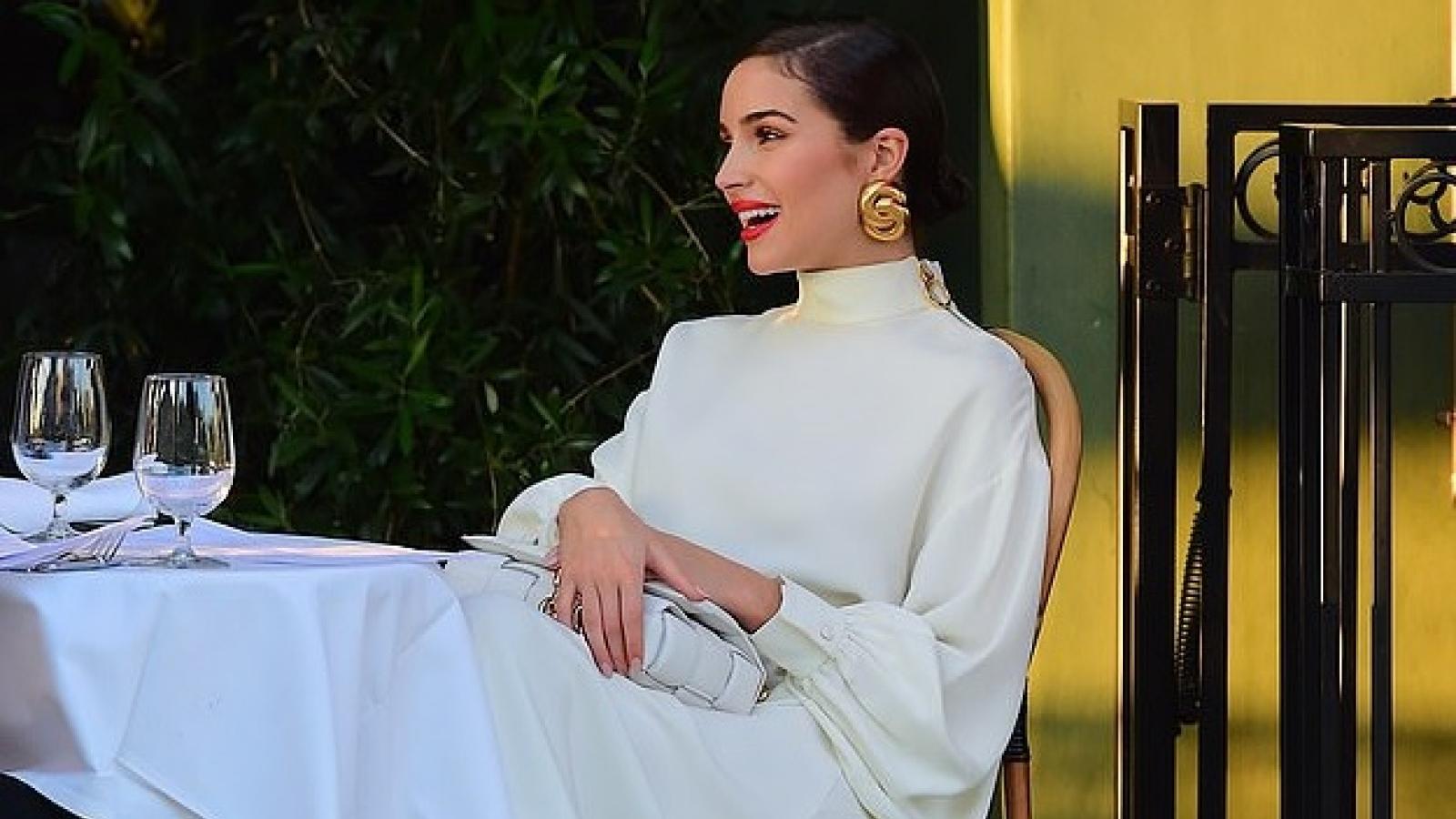Hoa hậu Olivia Culpo xinh đẹp đi ăn tối cùng bạn bè