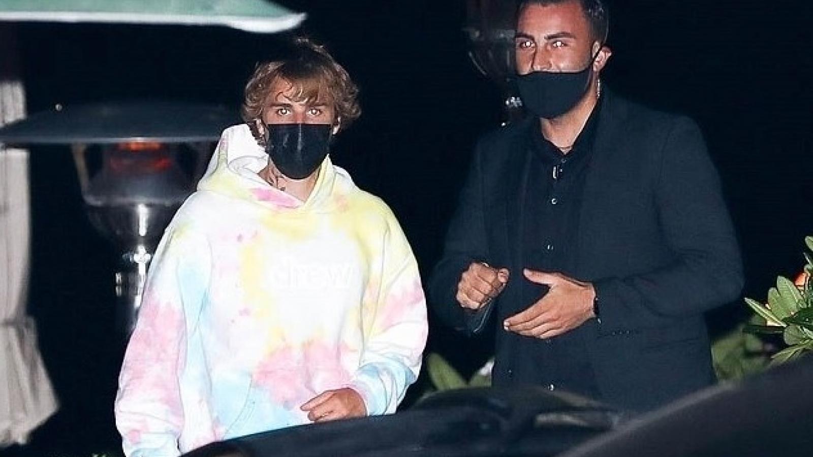 Justin Bieber để tóc xoăn ấn tượng đi ăn tối cùng bạn bè