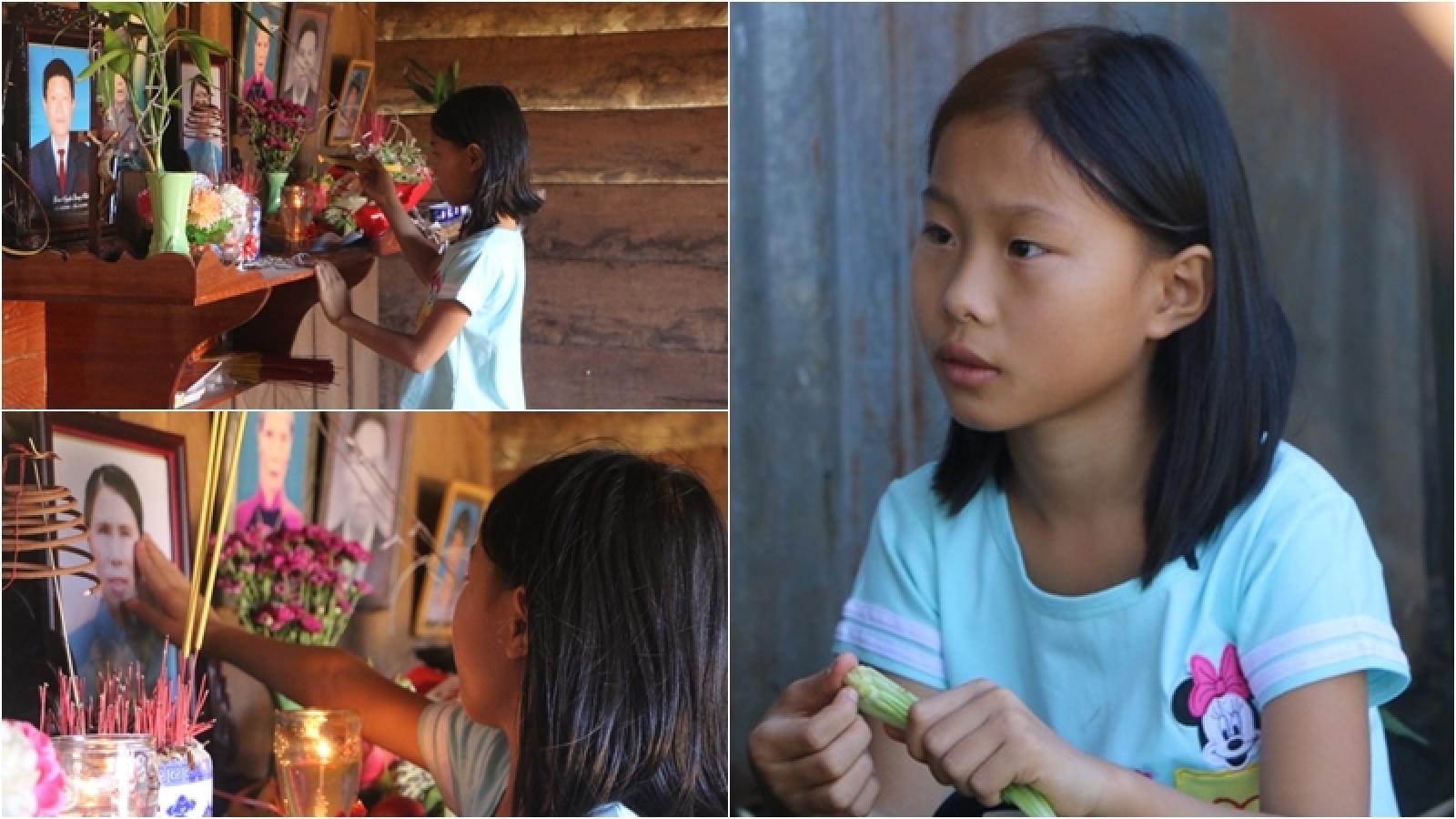 Xót xa cảnh cô bé mồ côi, món quà quý giá nhất còn lại của mẹ là một bộ sách giáo khoa
