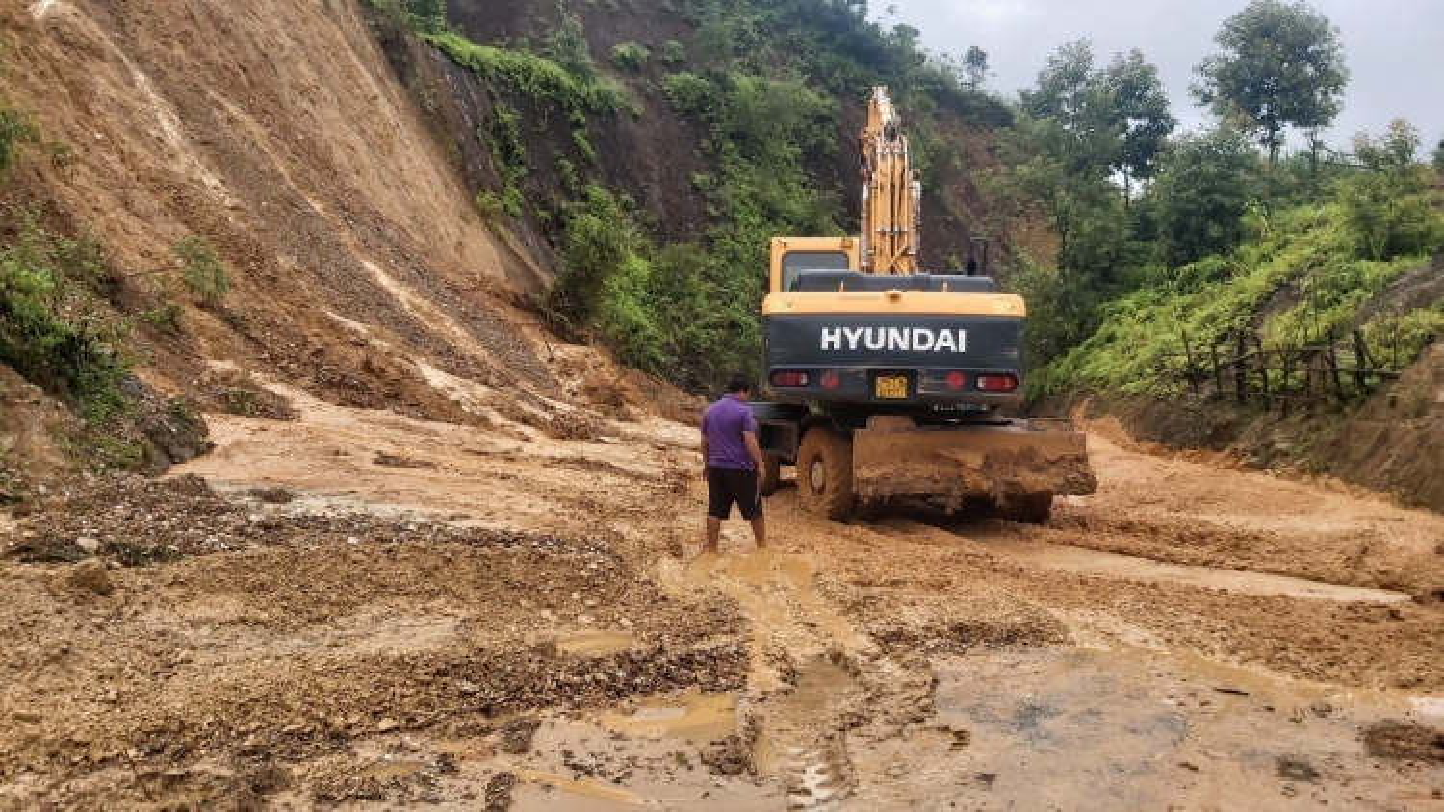 Mưa kéo dài gây sạt lở, ách tắc tuyến đường từ Sơn La đi Lai Châu