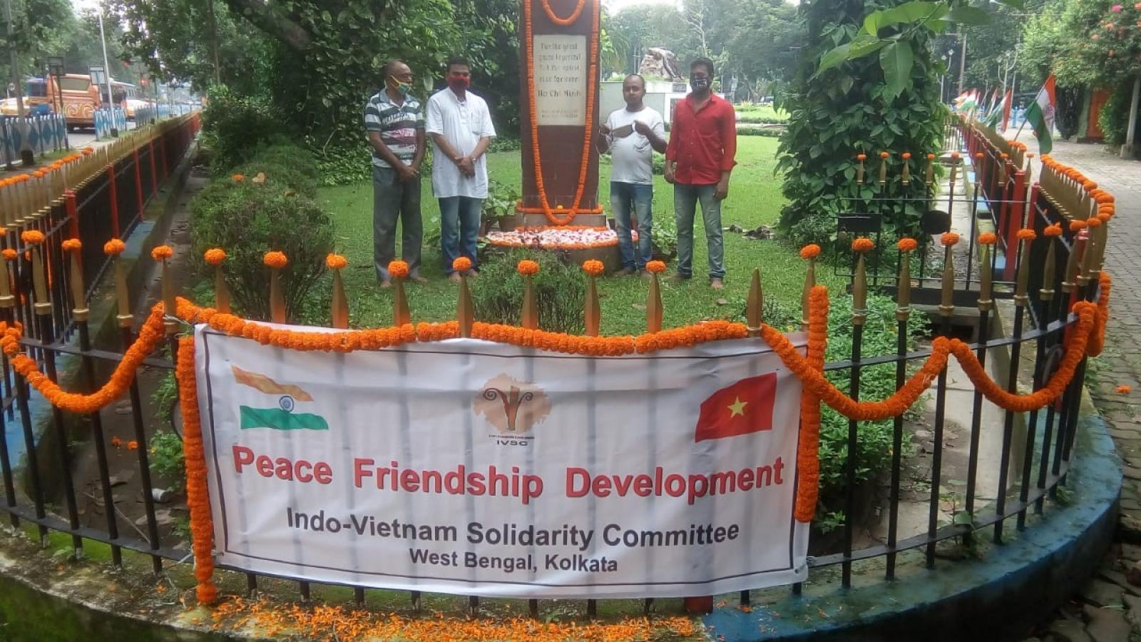 Lễ đặt hoa tại Tượng đài Hồ Chí Minh ở Kolkata của Ấn Độ