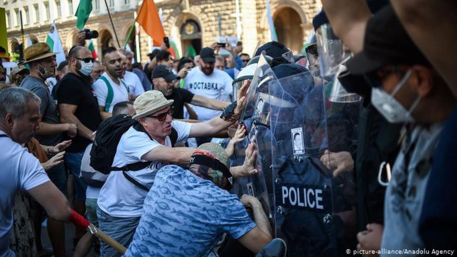 Cảnh sát và hàng nghìn người biểu tình đụng độ tại thủ đô Sofia, Bulgaria