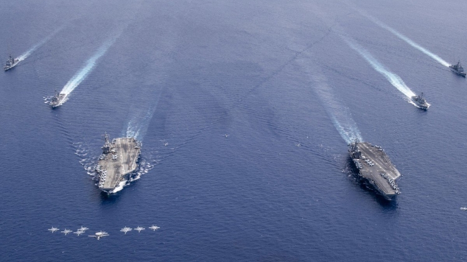 """Đối đầu ở Biển Đông, Mỹ và Trung Quốc ra sức """"lôi kéo"""" Philippines"""