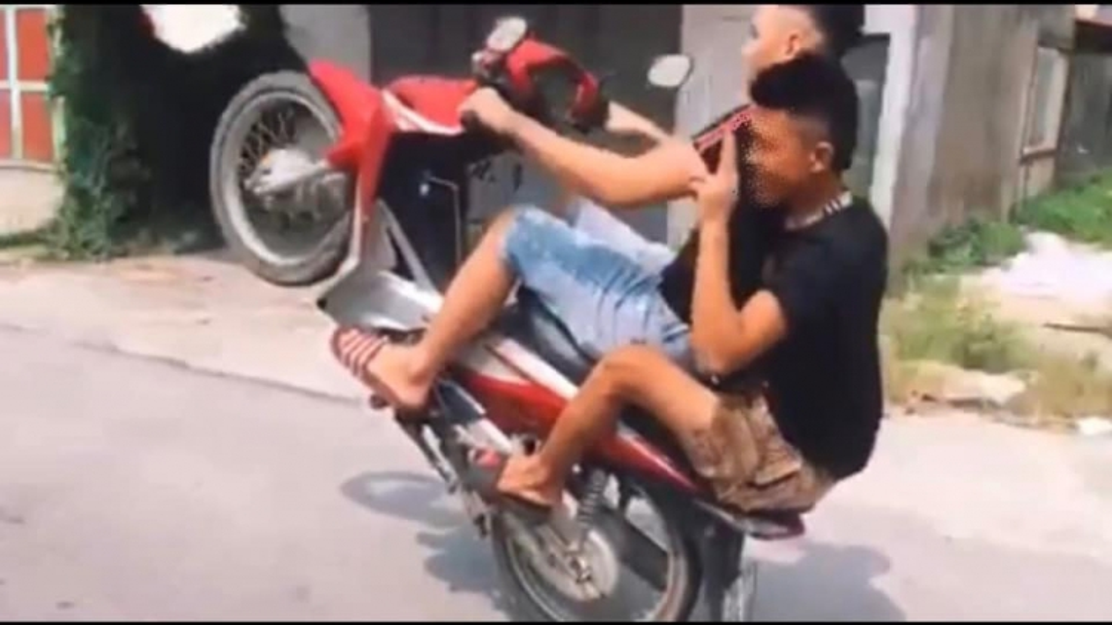 Xử phạt 4,3 triệu đồng nam thanh niên bốc đầu xe máy