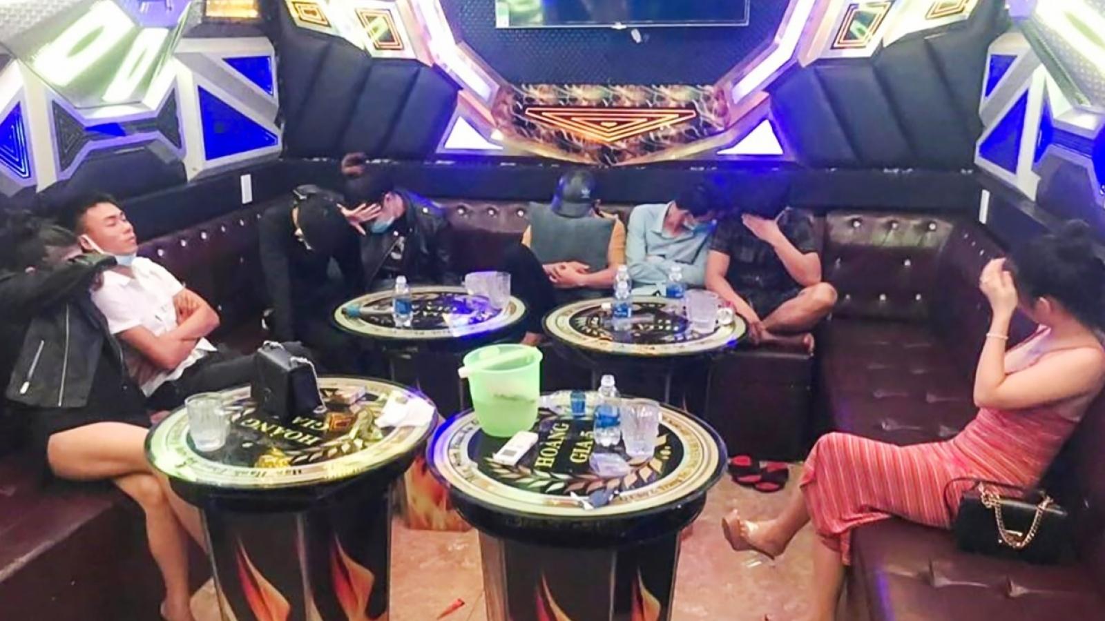 """8thanh niên nam nữ đang """"phê"""" ma túy trong quán karaoke tại Quảng Nam"""