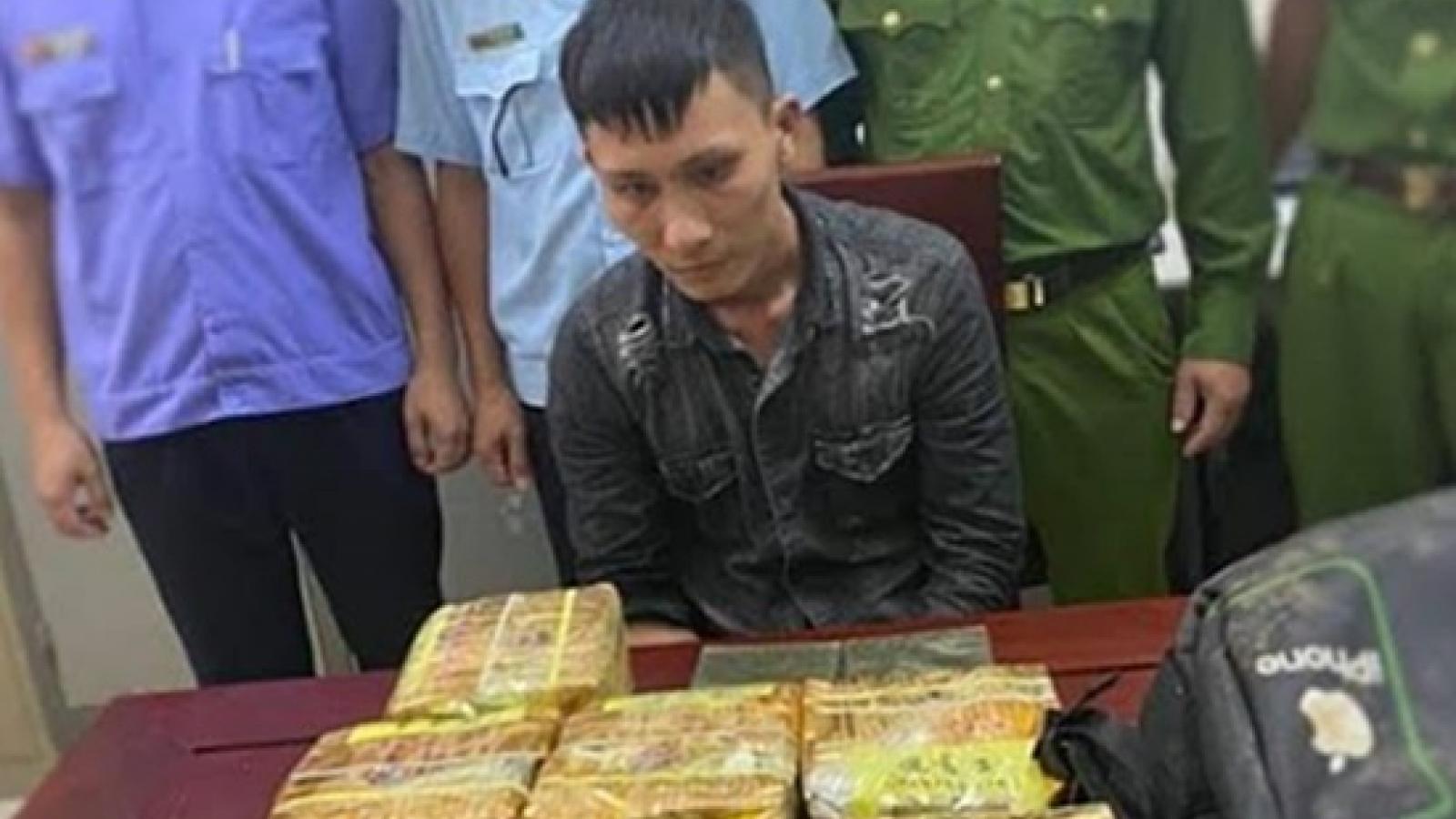 Vứt cả ba lô chứa đầy ma túy, đối tượng tháo chạy trong đêm