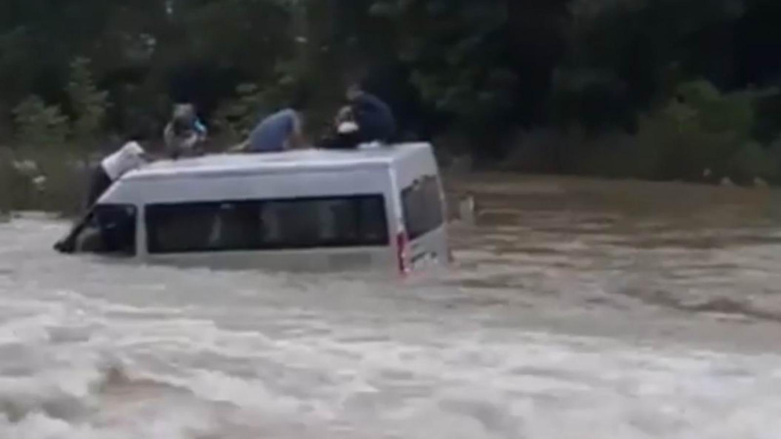 Liều lĩnh vượt ngầm tràn khi có lũ, xe khách bị cuốn trôi ở Cao Bằng
