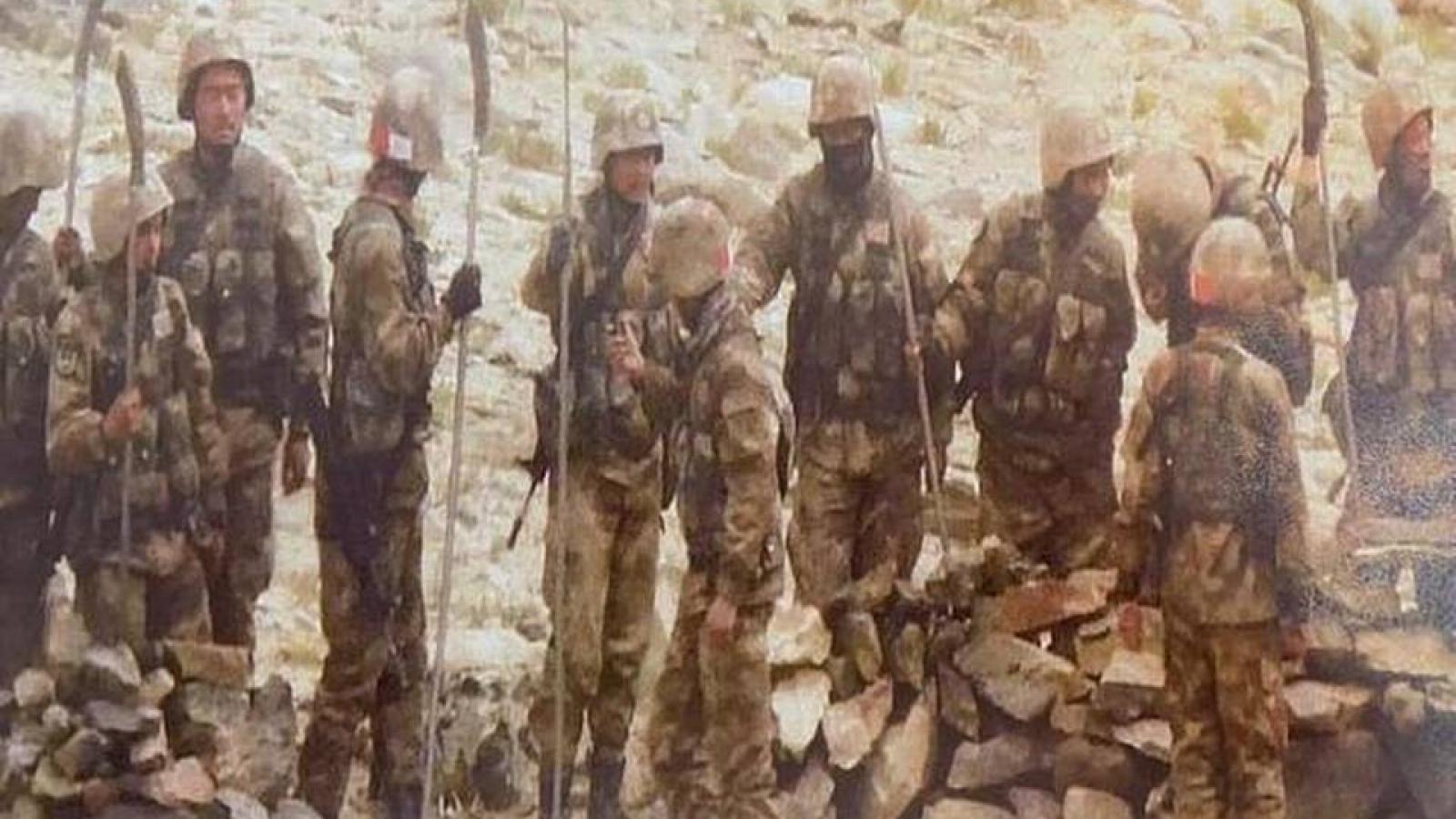 Binh lính Trung Quốc mang gậy, dao rựa và dùi cui đối đầu với phía Ấn Độ