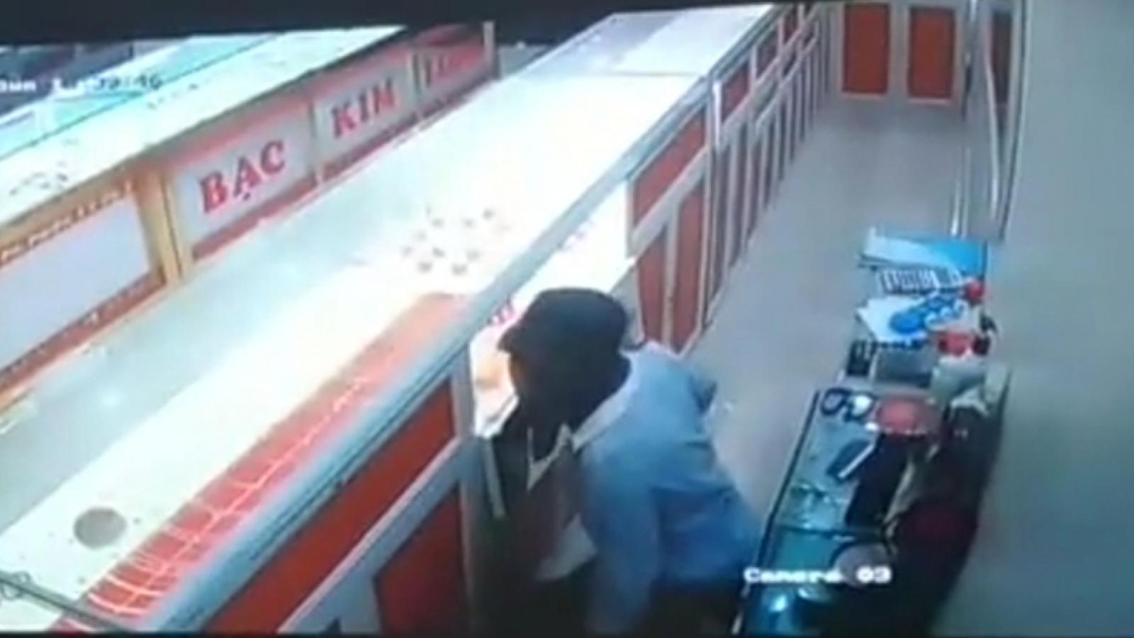 Nam sinh lớp 9 bịt mặt đột nhập tiệm vàng trộm cắp