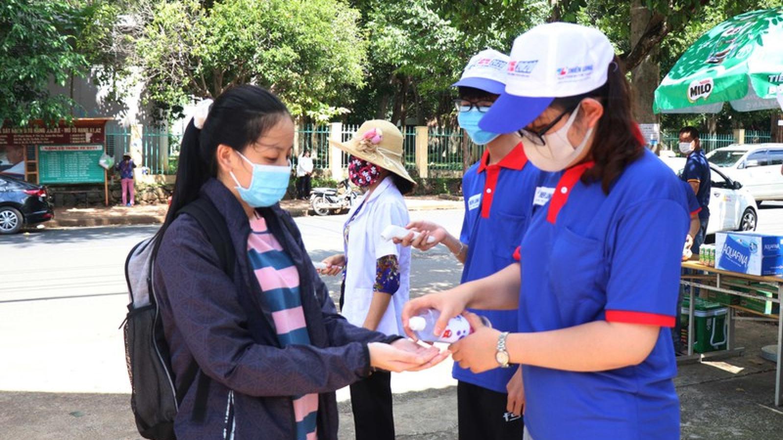 Thứ trưởng Bộ GD-ĐT Nguyễn Hữu Độ kiểm tra công tác thi tại Đắk Lắk