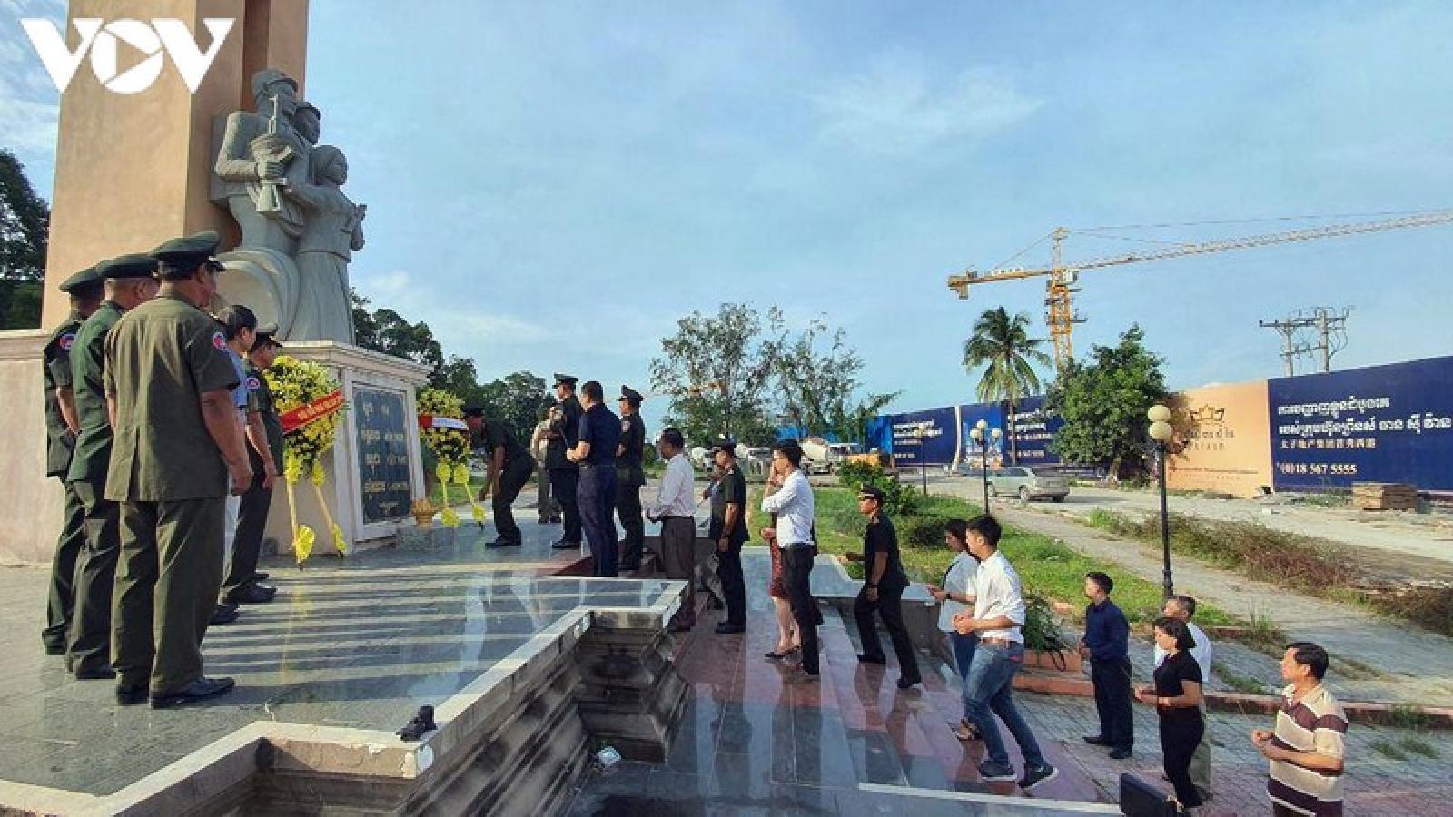 Dâng hương tại Đài hữu nghị Campuchia-Việt Nam nhân Quốc khánh 2/9