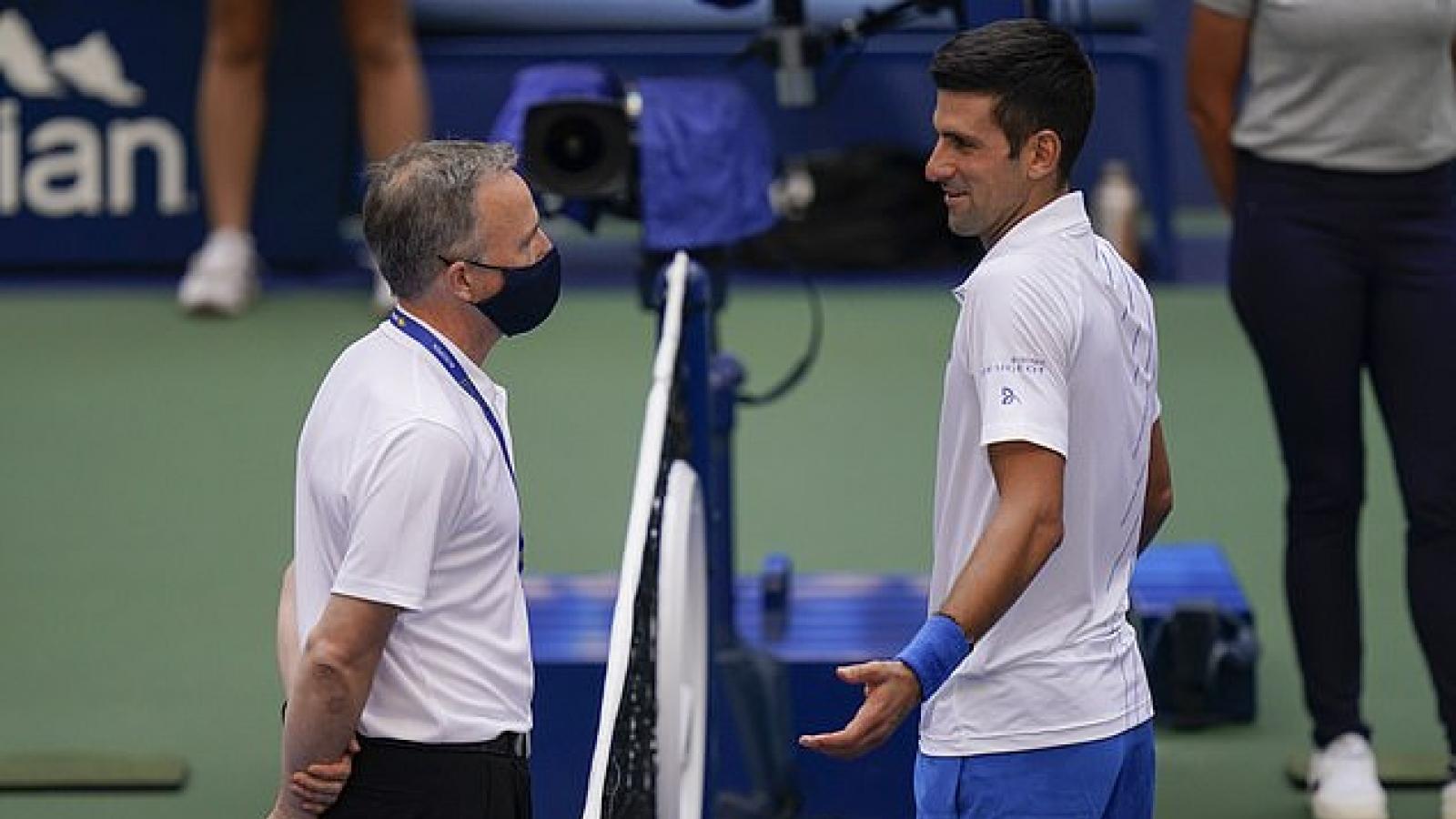 Đánh bóng trúng cổ trọng tài, Djokovic bị loại khỏi US Open