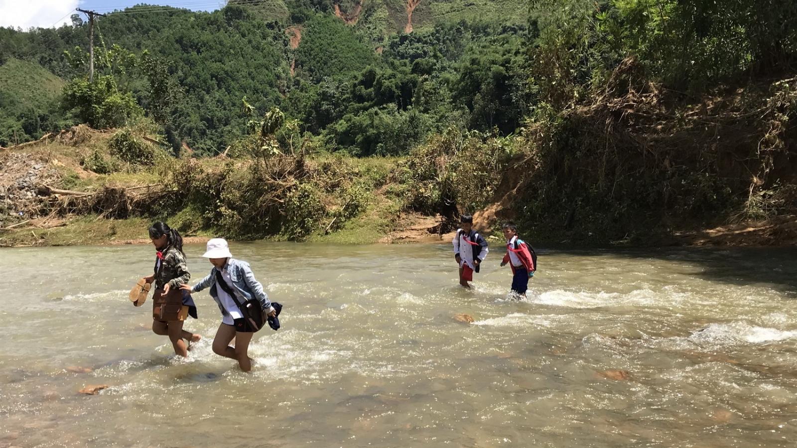 Quảng Nam dùng 12 tỷ đồng Đà Nẵng ủng hộ để làm lại cầu treo vừa bị lũ cuốn