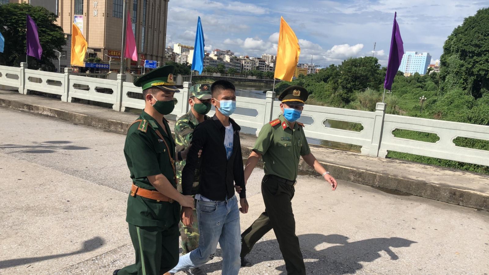 Tiếp nhận đối tượng trốn truy nã do Công an Trung Quốc trao trả