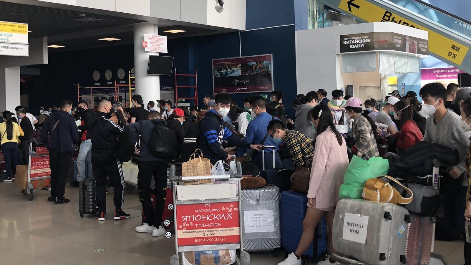 Máy bay chở hơn 270 công dân Việt Nam từ Nga về nước hạ cánh ở Cần Thơ