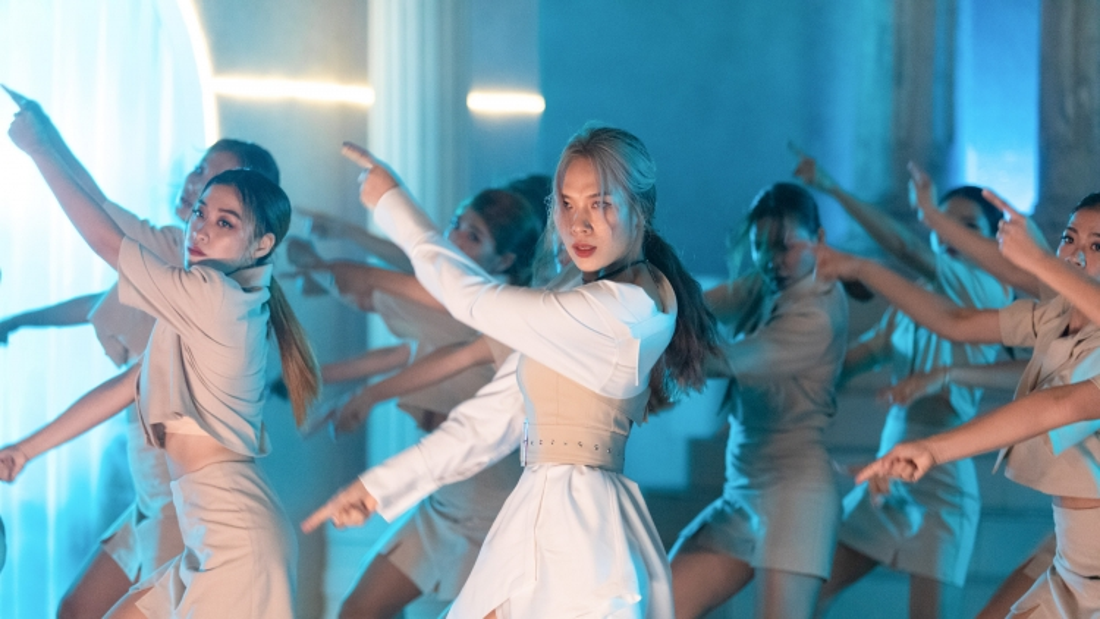 """Mỹ Tâm lúc dịu dàng, lúc mạnh mẽ trong MV mới """"Đúng cũng thành sai"""""""
