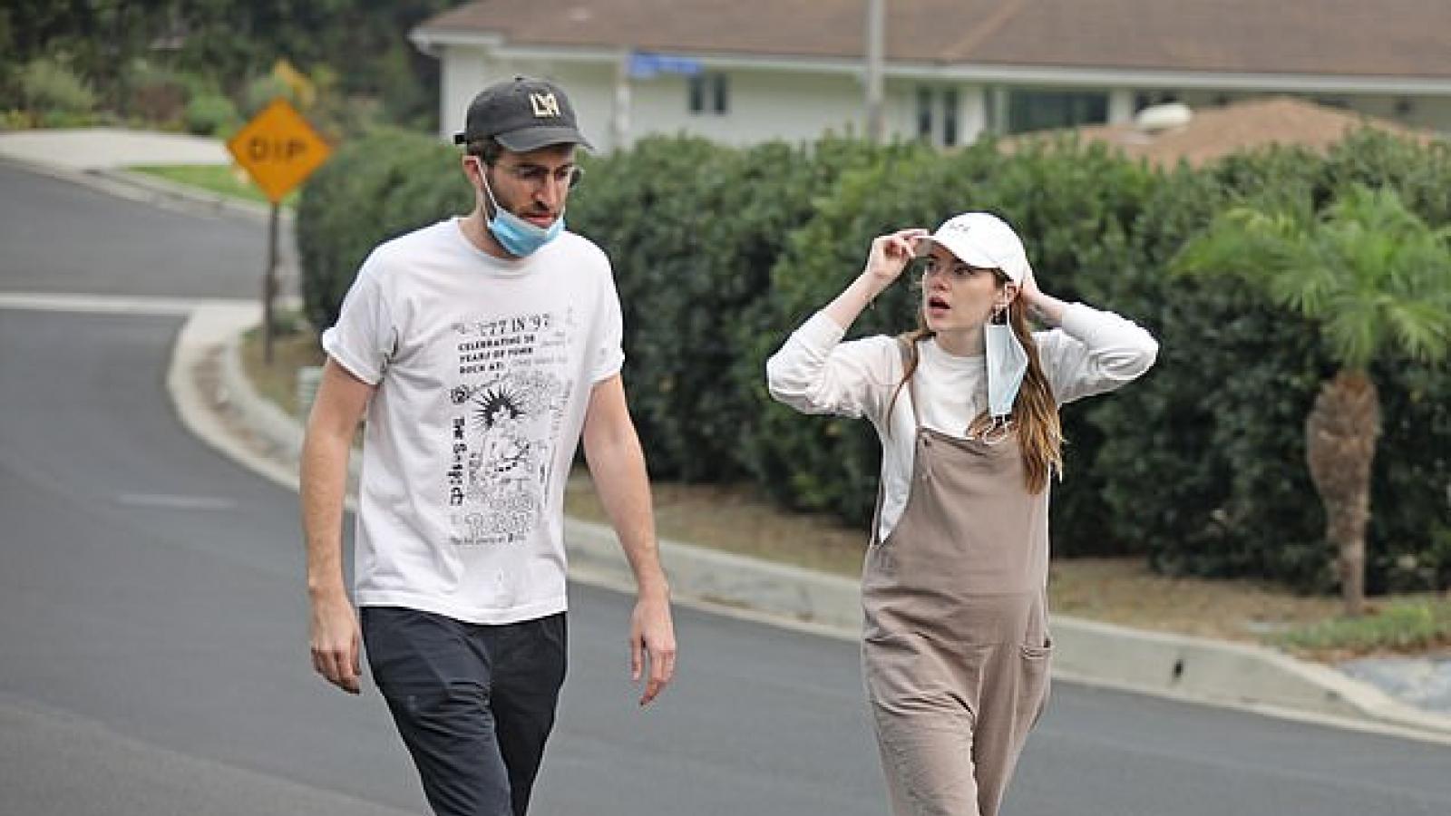 Emma Stone và bạn trai đeo nhẫn đôi, nghi vấn đã bí mật kết hôn?