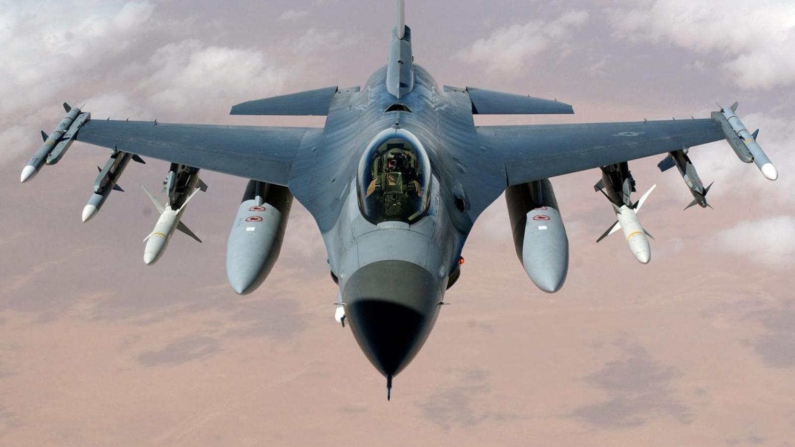 Cảnh tượng ngoạn mục tiêm kích F-16 thả bom thông minh và bắn pháo sáng trên bầu trời