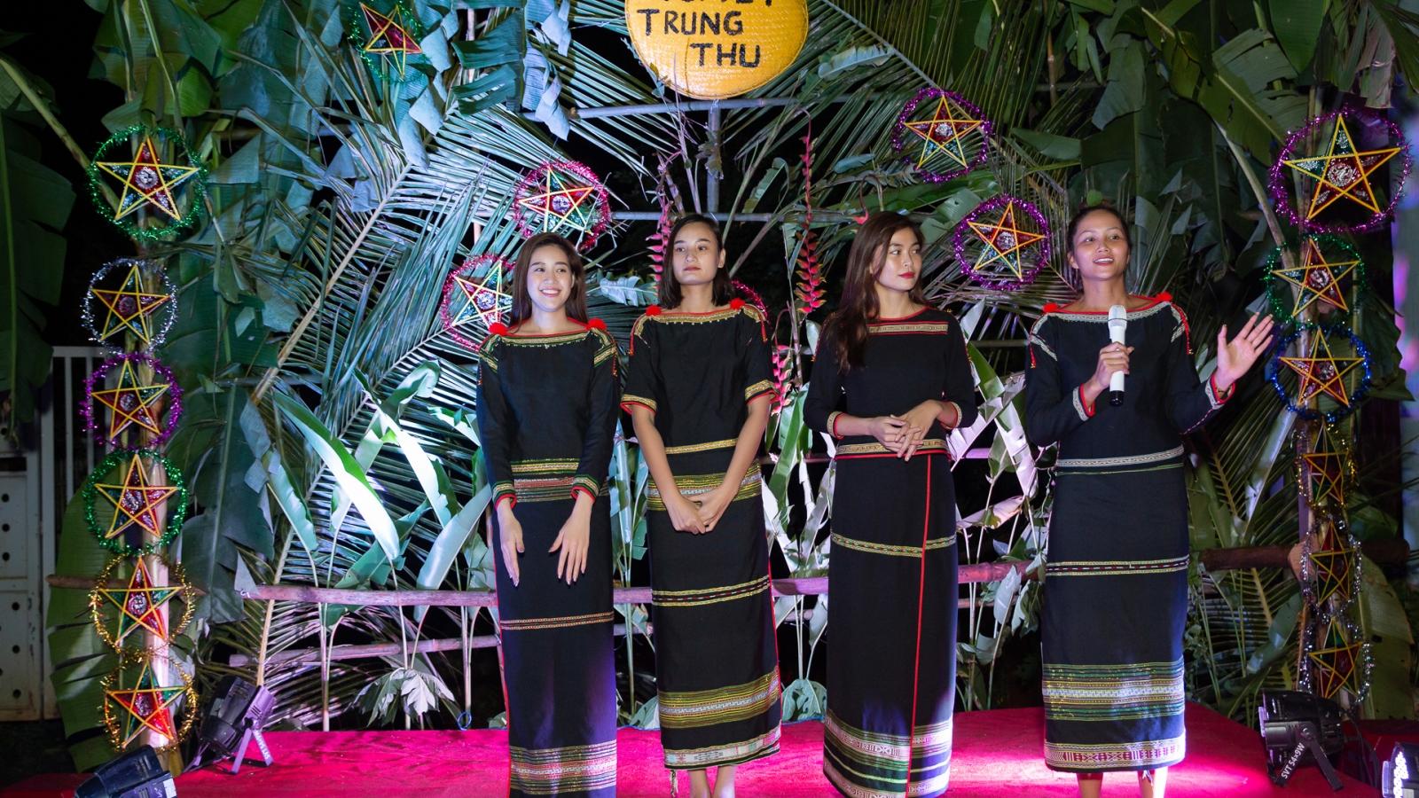 Hoa hậu H' Hen Niê, Khánh Vân diện trang phục Êđê, vui tết Trung thu cùng trẻ em buôn làng