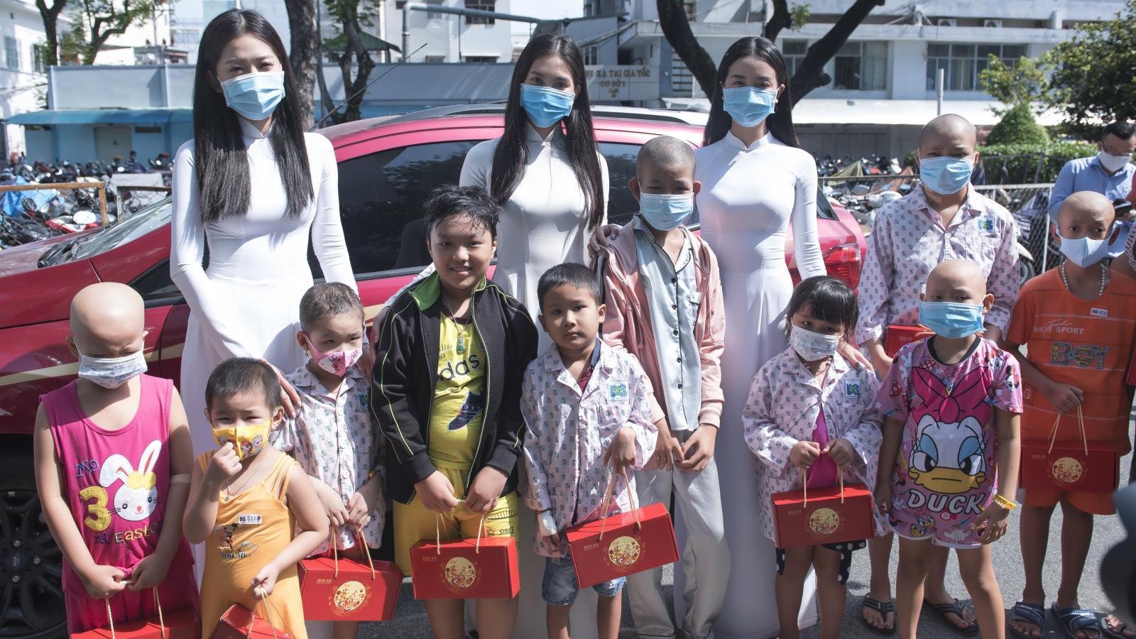 Hoa hậu Tiểu Vy, Phương Nga tặng quà trung thu cho các em nhỏ tại Bệnh viện Ung Bướu