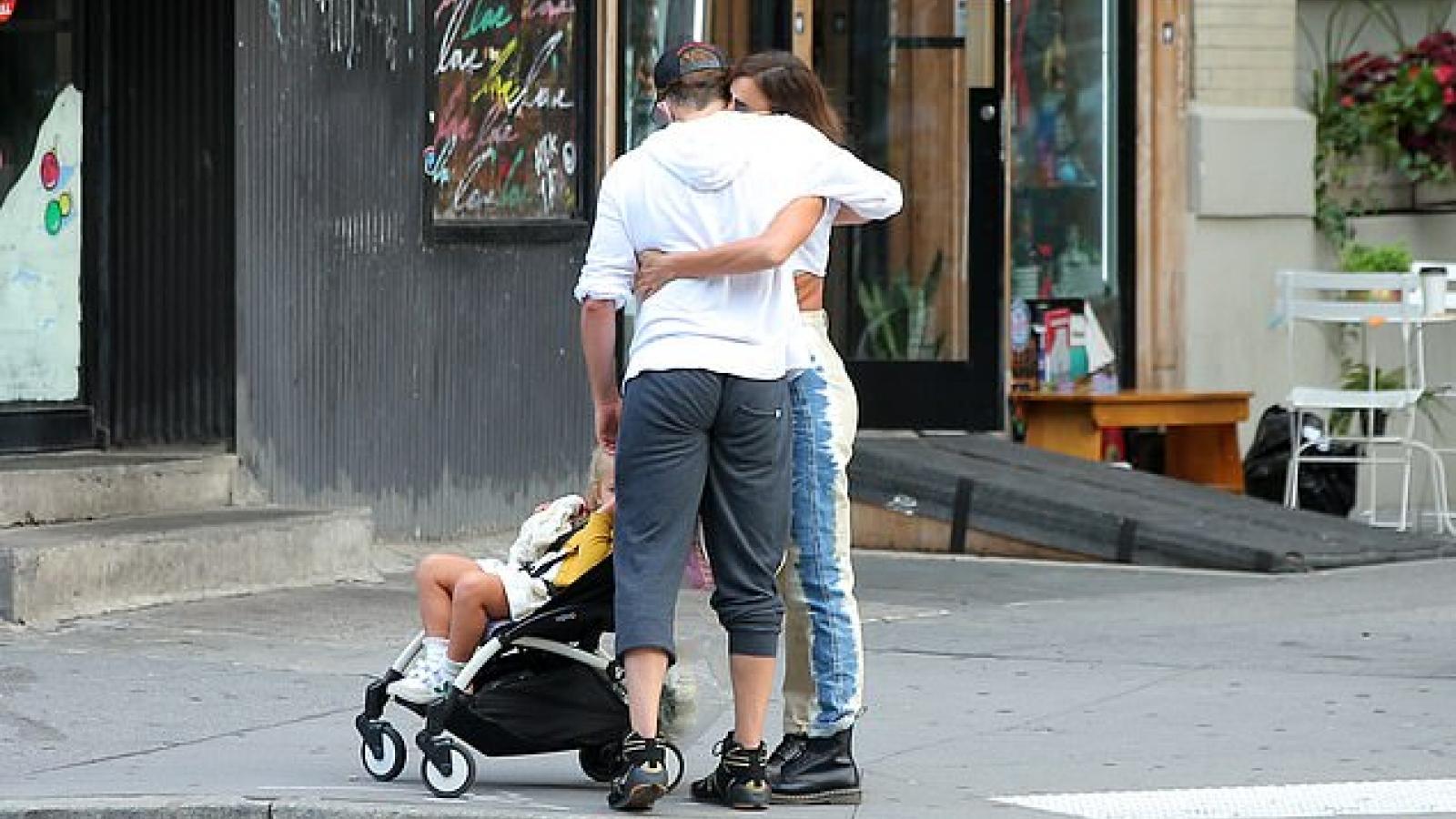 Irina Shayk thân mật ôm tình cũ ngay trên phố sau hơn 1 năm chia tay