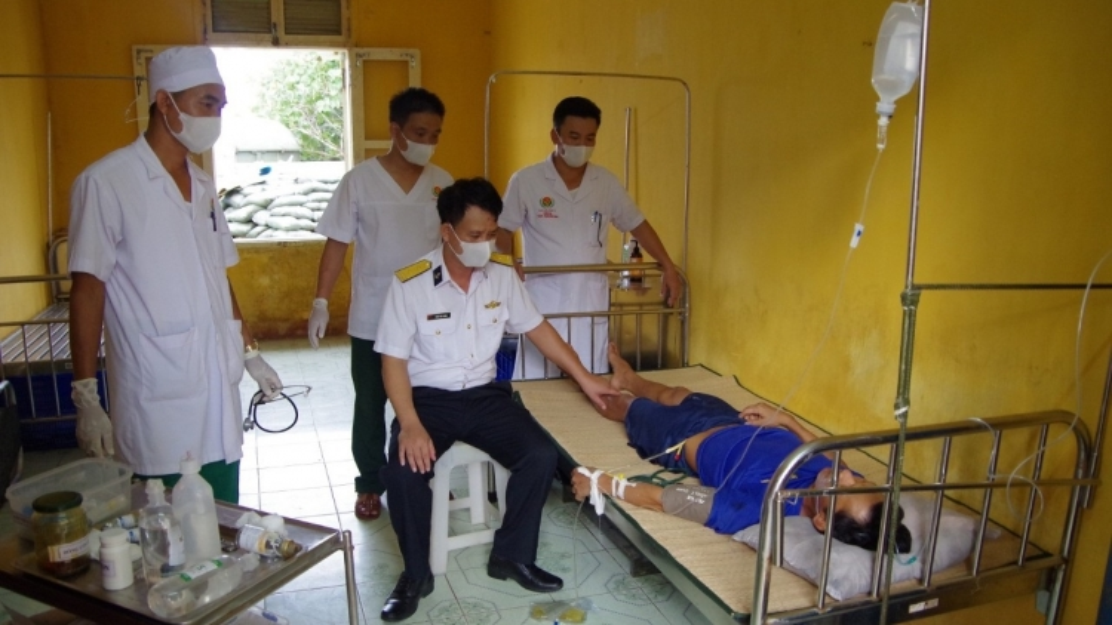 Quân y đảo Phan Vinh kịp thời cấp cứu ngư dân bị khó thở