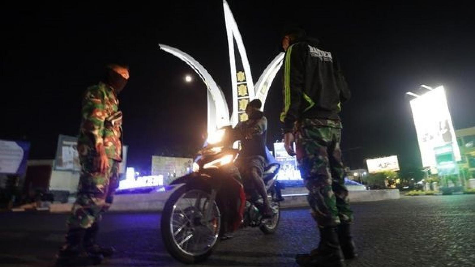 Indonesia áp dụng giờ giới nghiêm cho một số vùng đỏ dịch Covid-19