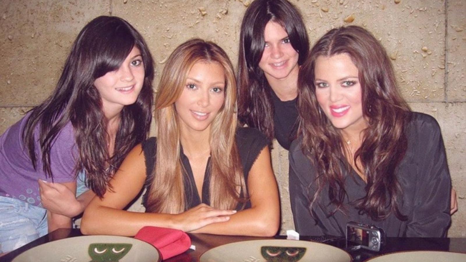 Kim Kardashian rạng rỡ trong bức ảnh chụp cùng chị em gái 11 năm trước