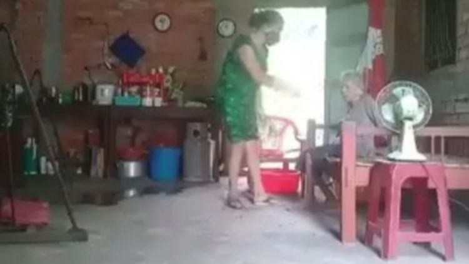 Bắt tạm giam người phụ nữ đánh đập, chửi bới mẹ ruột ở Long An