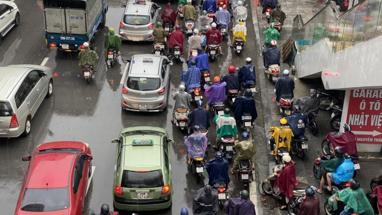 Streets throughout Hanoi suffer blockages after period of heavy rain