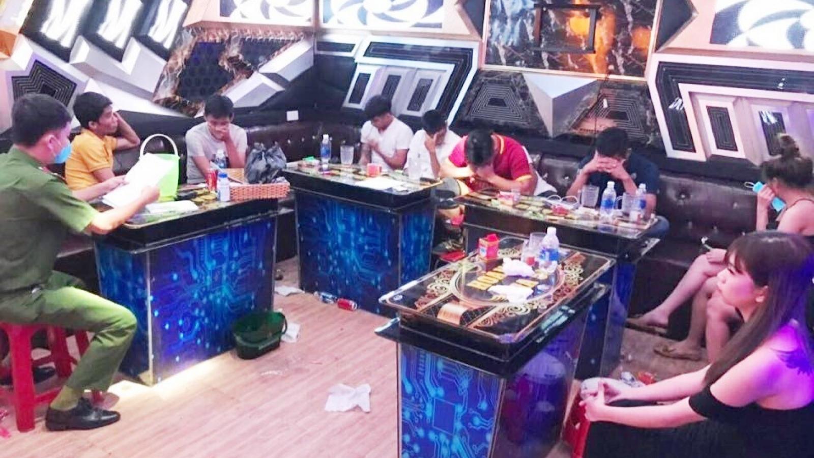 """Quảng Nam: Lại phát hiện 10 thanh niên """"phê"""" ma túy tại quán karaoke"""