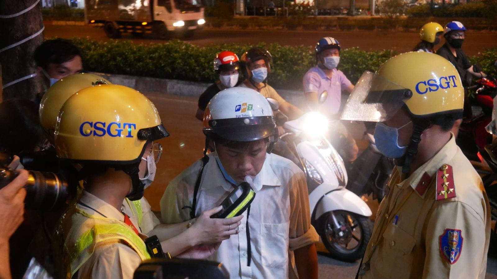 """Nữ cảnh sát giao thông ở TPHCM tham gia xử lý """"ma men"""""""