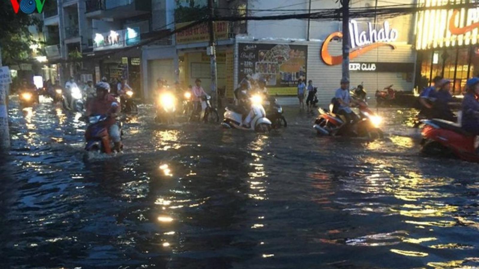 Phố biến thành sông sau mưa lớn, người TP.HCM bì bõm dắt xe chết máy trong đêm