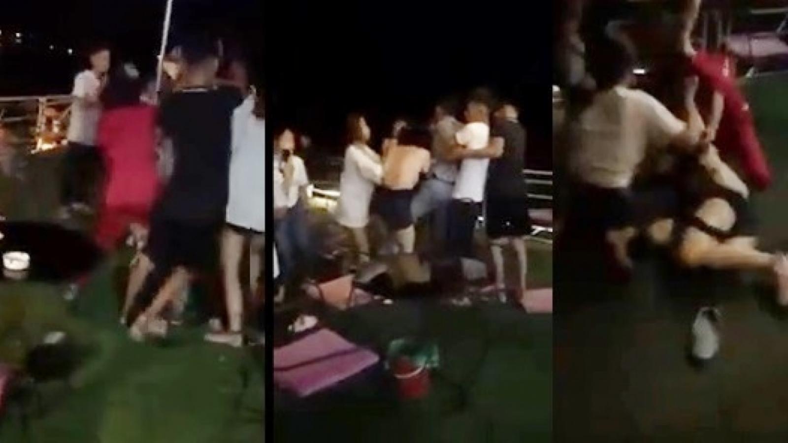 Nóng 24h: Thêm một phụ nữ bị đánh ghen, lột đồ trong quán cafe ở Hà Nội