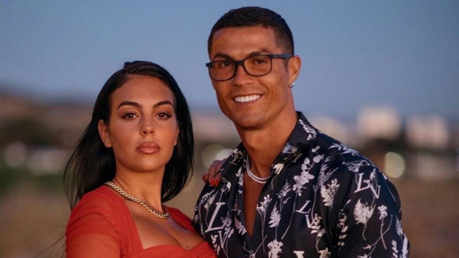 Choáng váng: Ronaldo cầu hôn bạn gái bằng nhẫn kim cương trị giá... 18 tỷ đồng