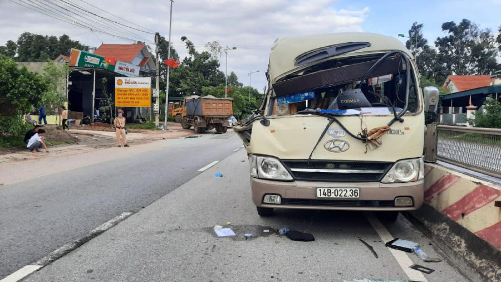 Xe khách va chạm xe tải, 2 người bị thương