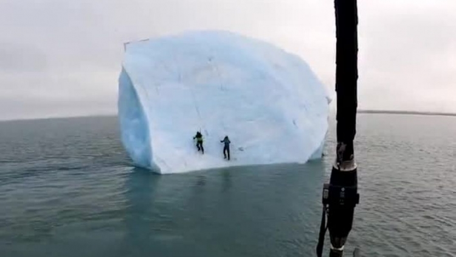 Khoảnh khắc tảng băng bị lật, hất 2 nhà thám hiểm xuống biển ở Bắc Cực