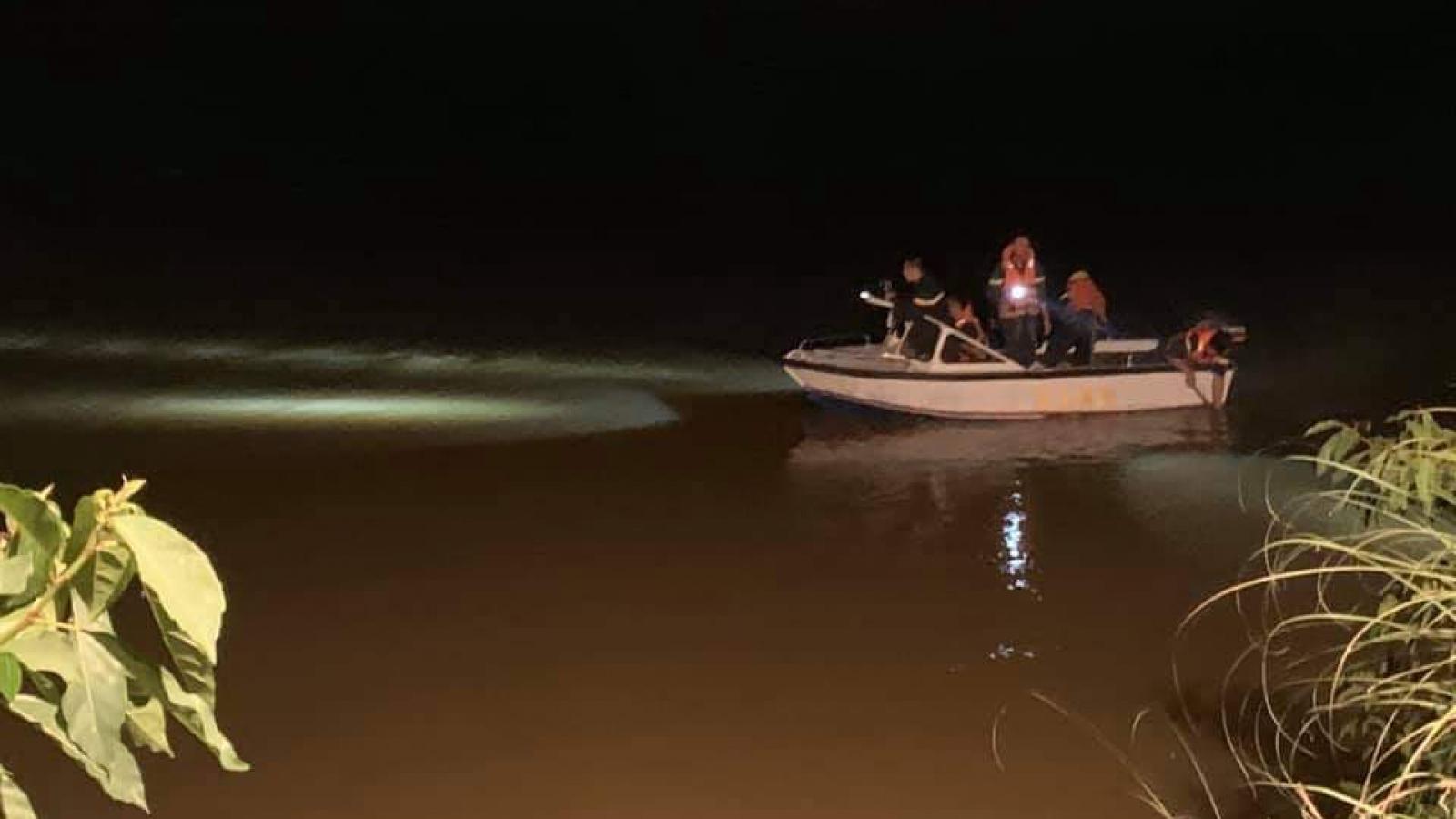 Trắng đêm tìm kiếm nữ sinh 17 tuổi gieo mình xuống sông Hiếu tự vẫn