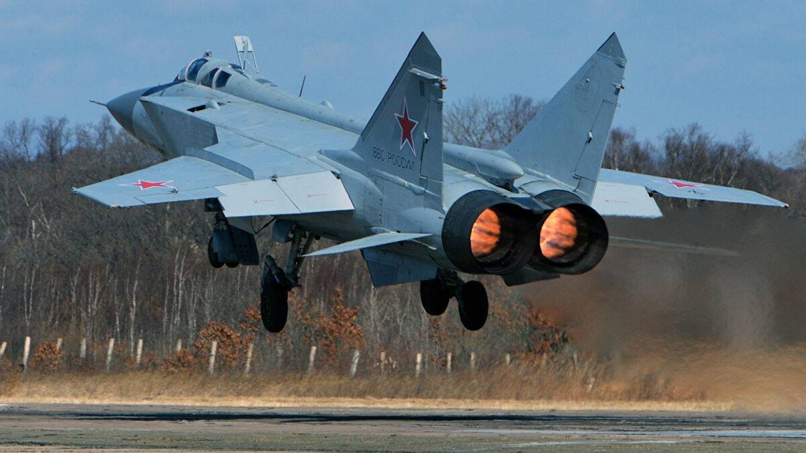 Tiêm kích MiG-31 của Nga chặn máy bay Anh và Mỹ trên biển Barents