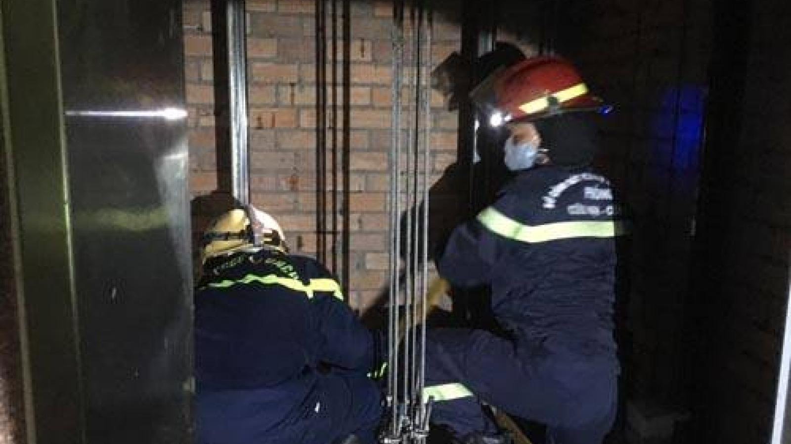 Phát hiệnnhân viên sửa chữatửvongtrên nóc thang máy