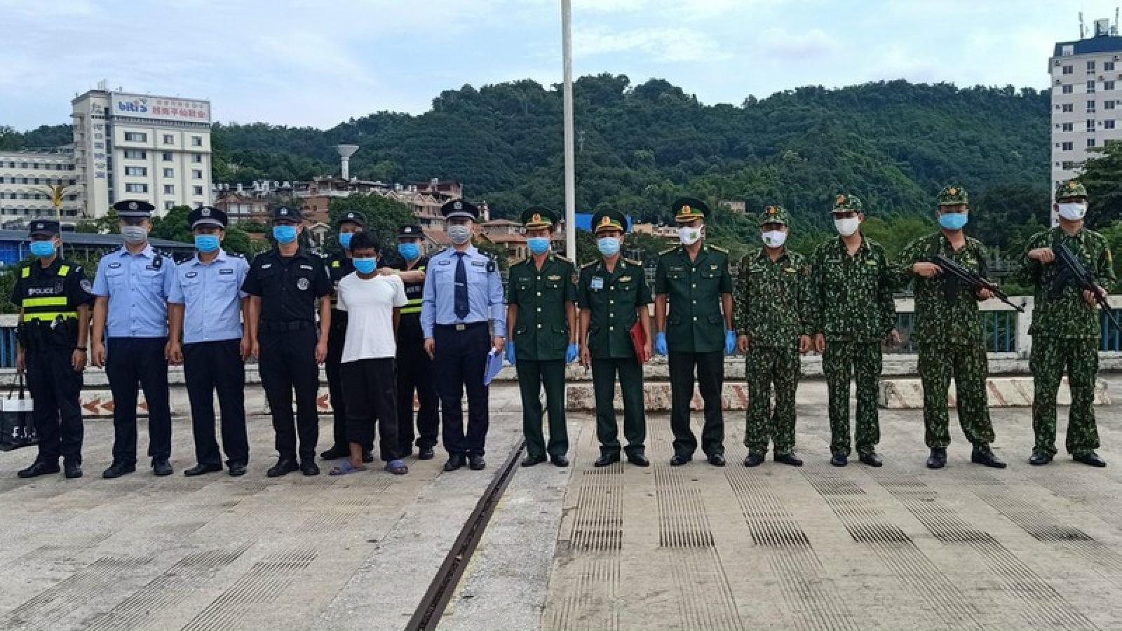 Đối tượng người Trung Quốc bị truy nã bơi qua sông vào Việt Nam