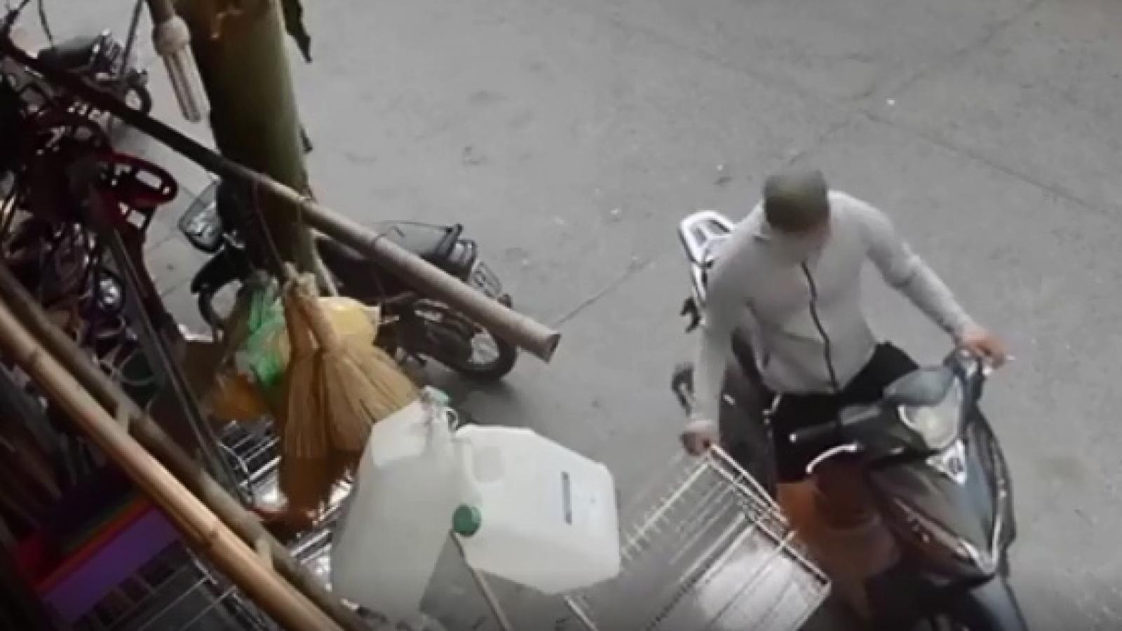Video: Nam thanh niên đi xe SH thản nhiên trộm chuồng chó giữa ban ngày