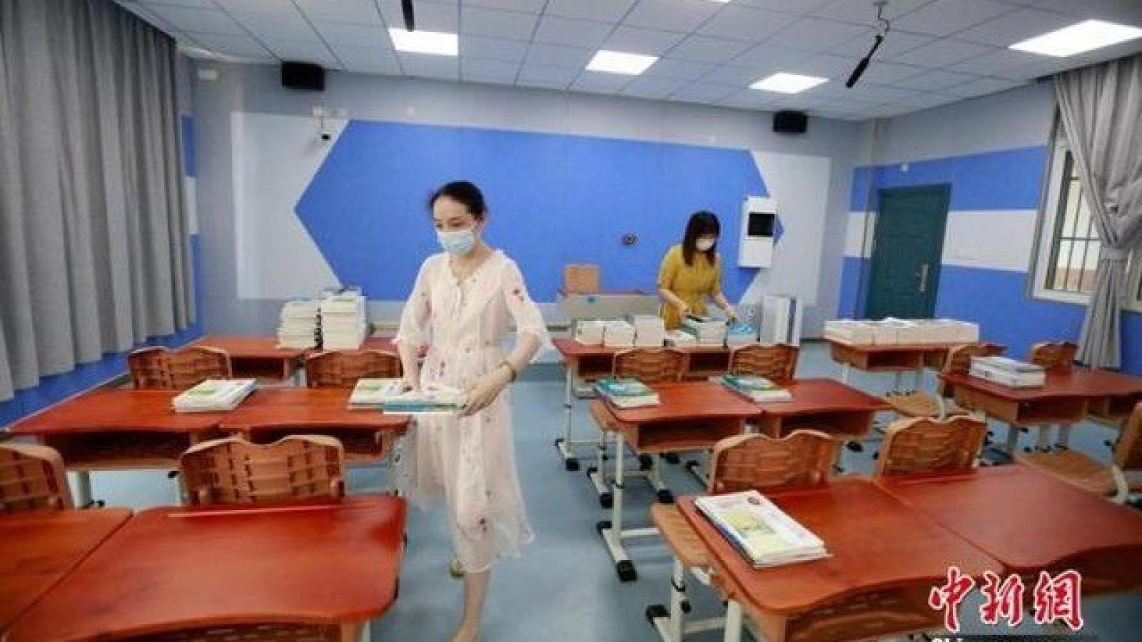 Học sinh Vũ Hán (Trung Quốc) chính thức trở lại trường sau thời gian cách ly