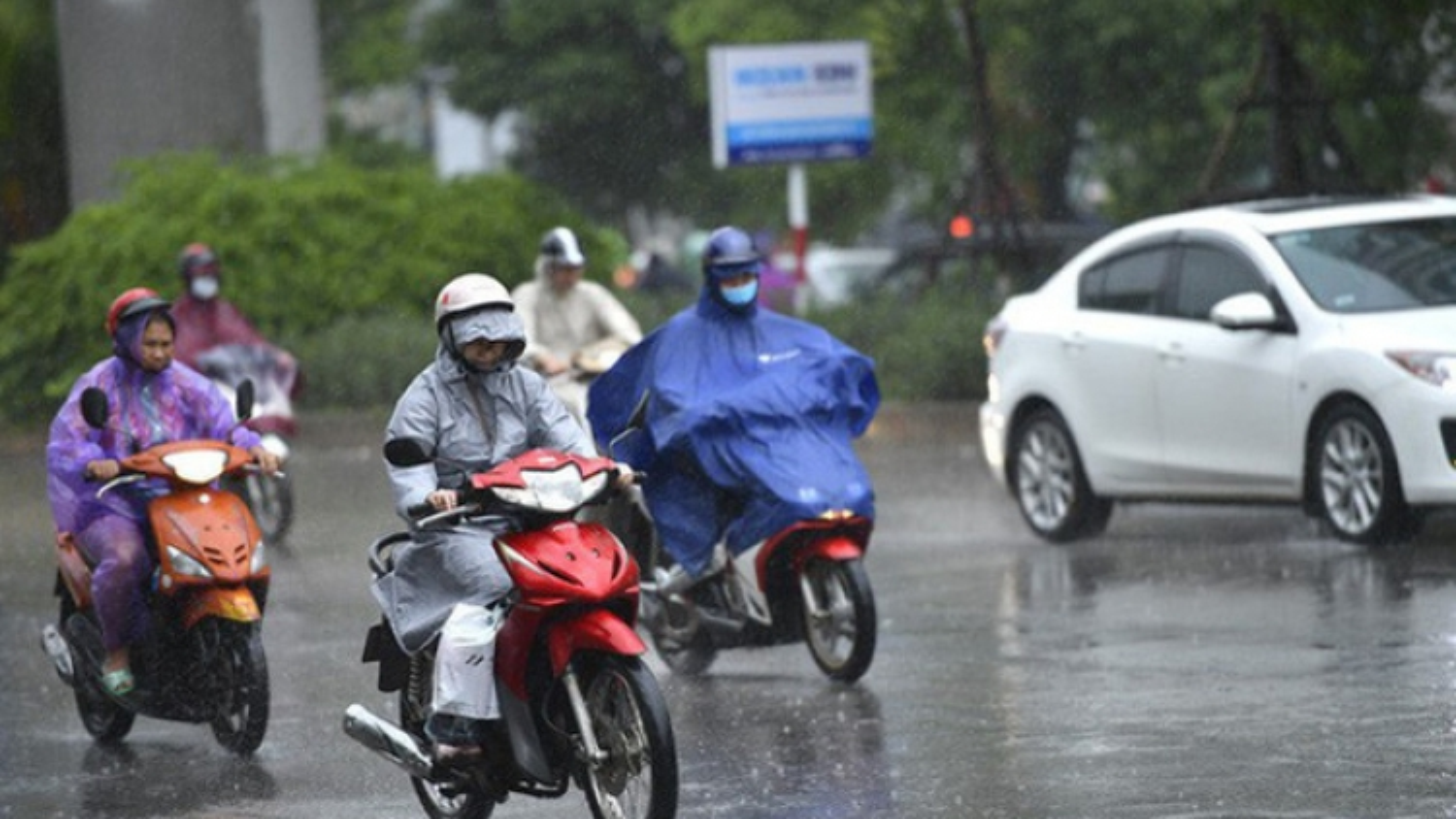 Dự báo thời tiết hôm nay: Bắc Bộ có mưa dông, Trung Bộ nắng nóng