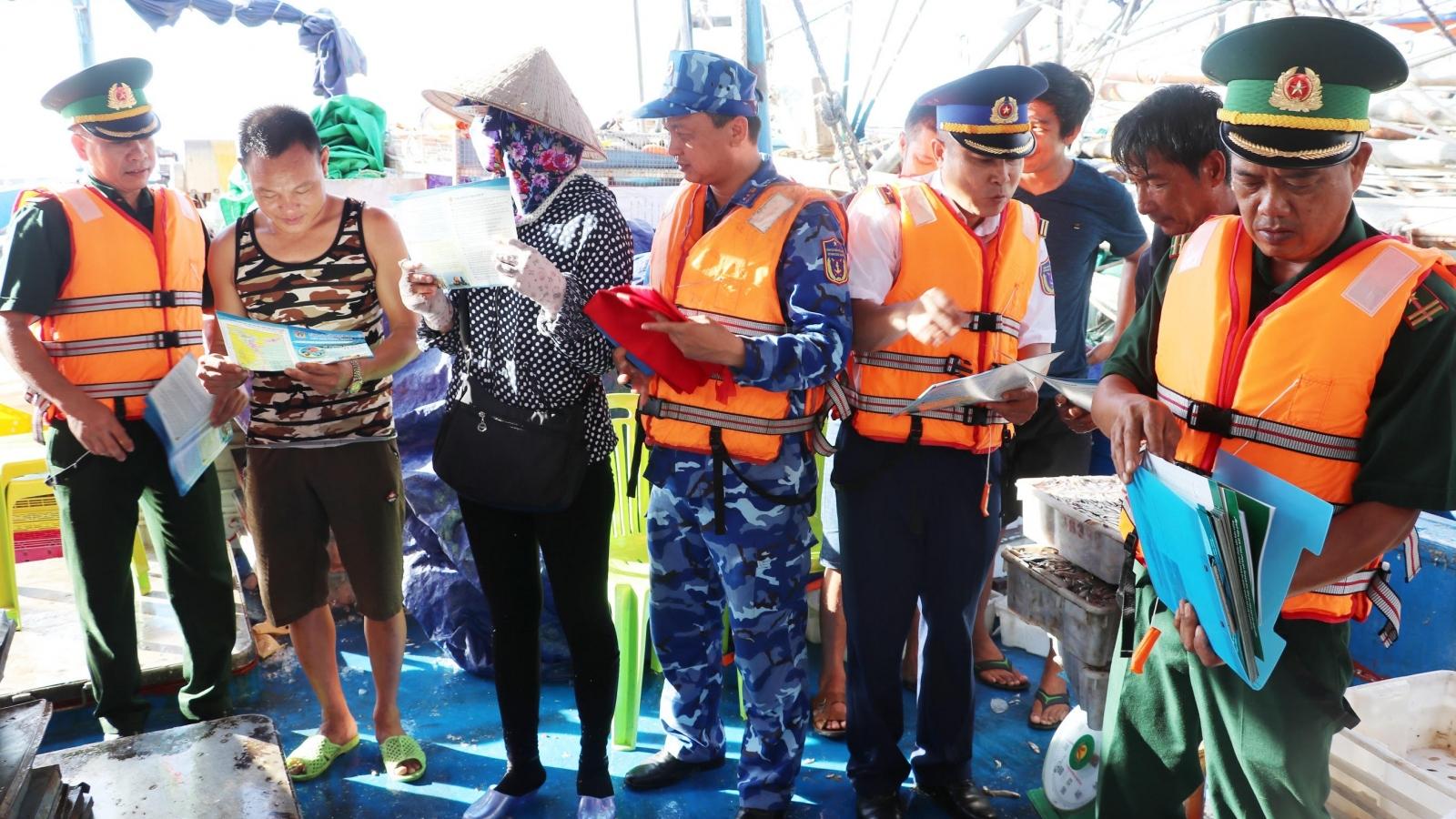 Tuyên truyền pháp luật biển cho ngư dân tại âu tàu Bạch Long Vĩ