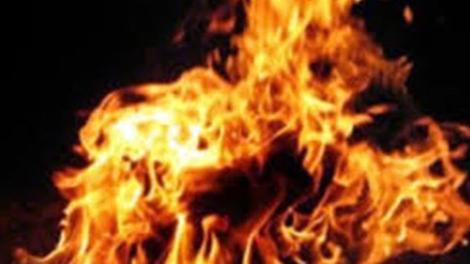 Con trai tẩm xăng đốt cha nhập viện cấp cứu