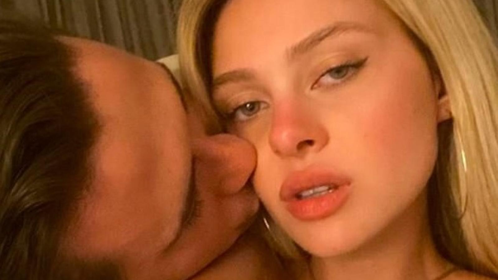 Con trai David Beckham ngọt ngào hôn vợ tương lai sau ồn ào dời lịch cưới sang năm 2022