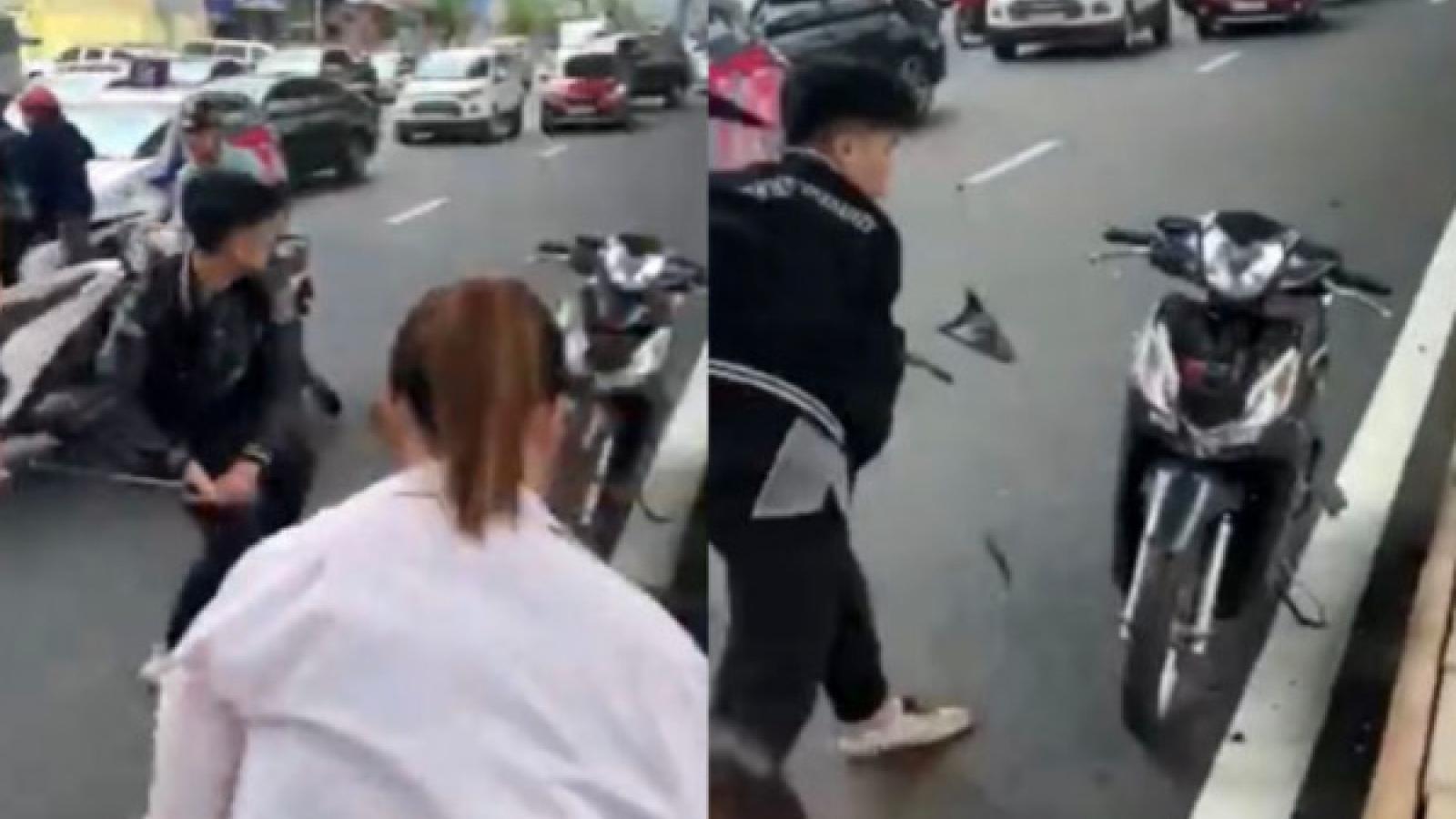Triệu tập nam thanh niên đâm vào bà bầu, đập xe của người đi đường