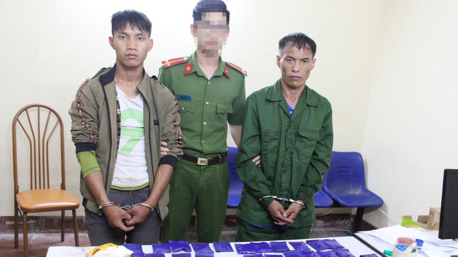 Hai đối tượng bị bắt quả tang mua bán 80 túi ma túy tổng hợp