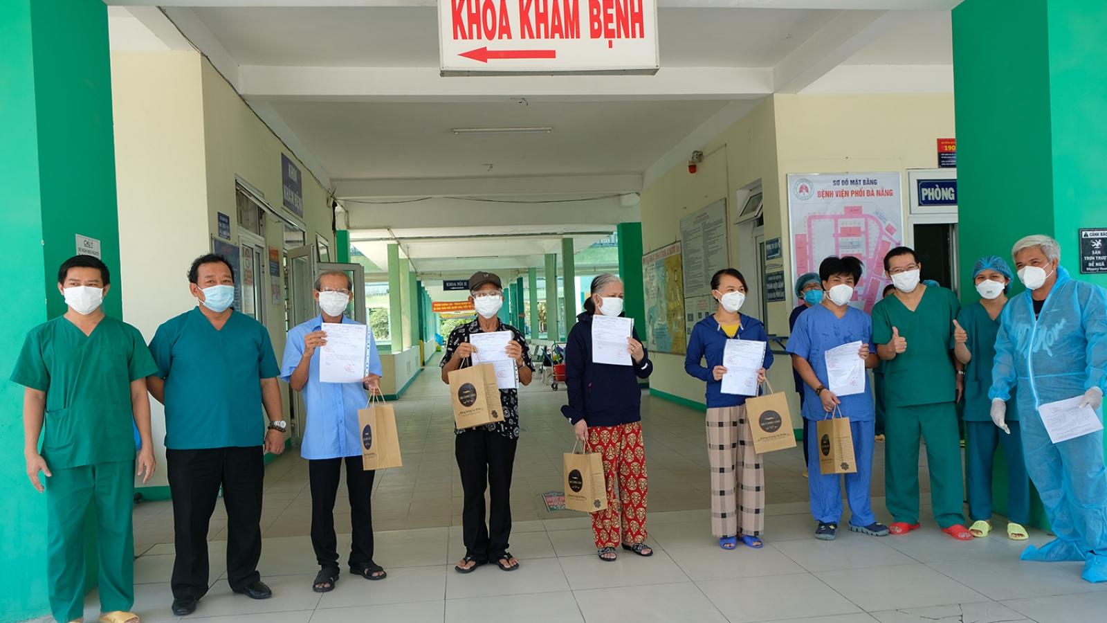 Bệnh viện Phổi Đà Nẵng cho 5 bệnh nhân hết Covid-19 ra viện